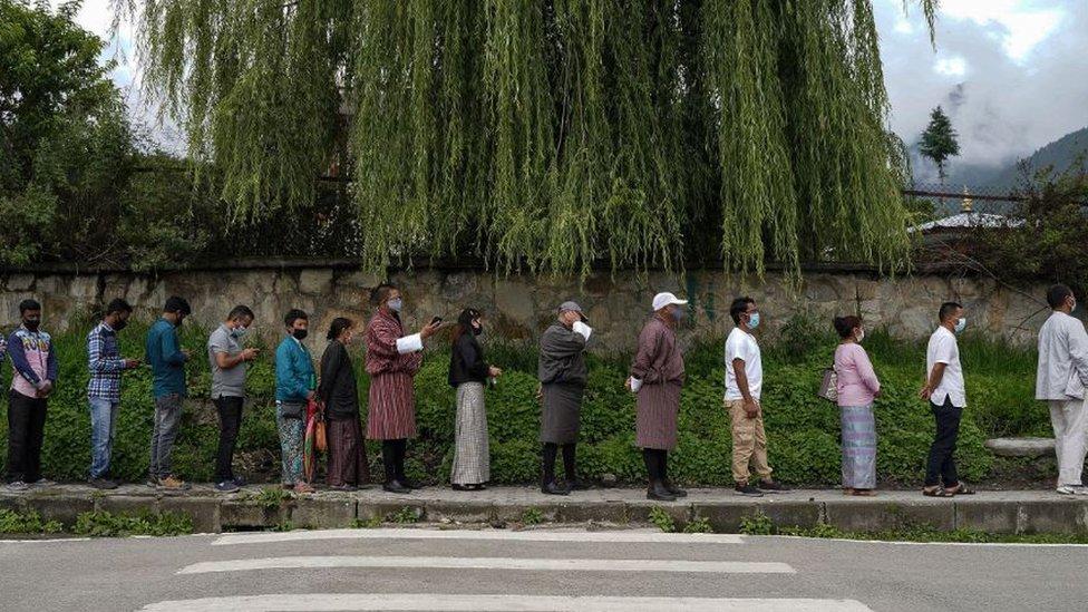 يعيش الكثير من سكان بوتان في مناطق جبلية نائية