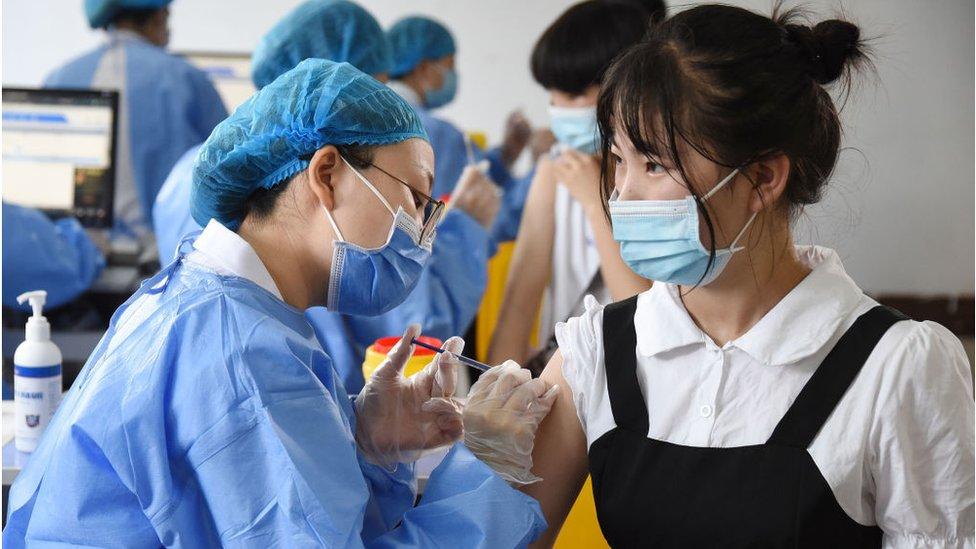شباب يتلقون جرعتهم الأولى من لقاح فيروس كورونا في هاندان