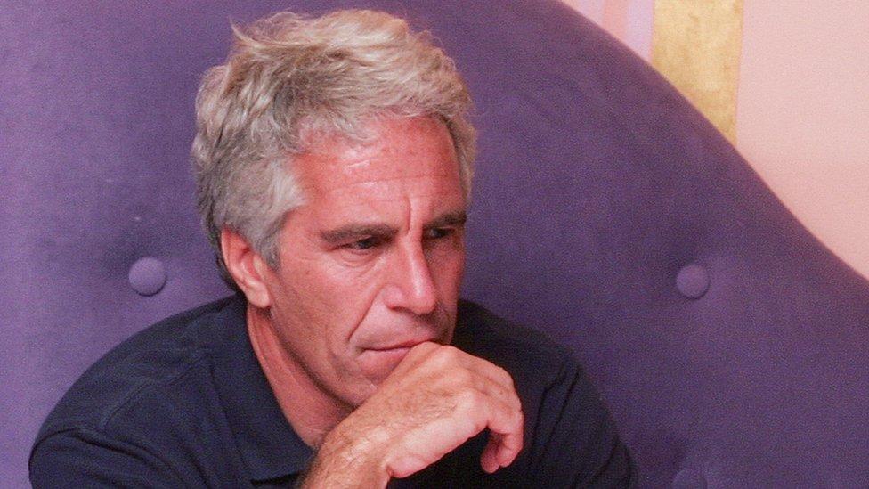 صورة جيفري إبستين في 2004 وقد عثر عليه ميتا في زنزانته