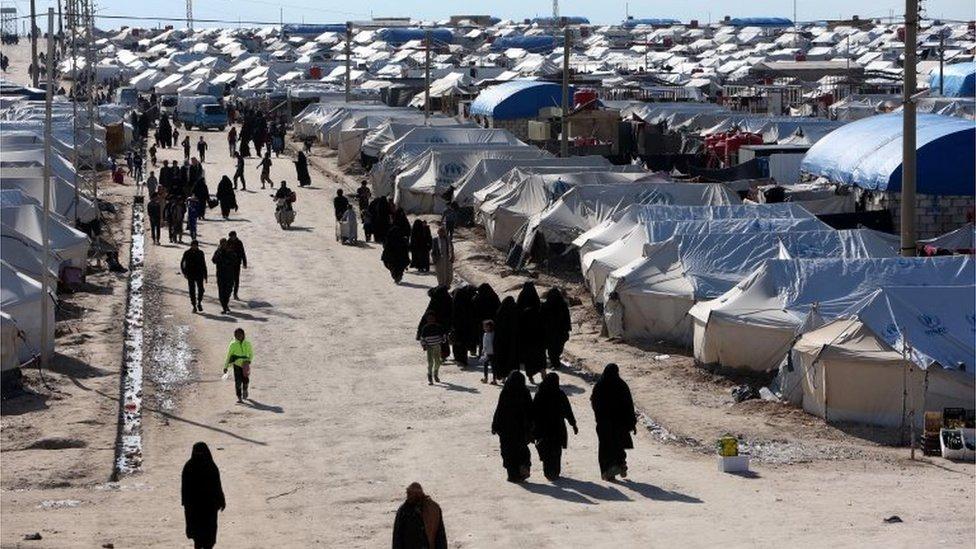 مخيم الهول في سوريا الذي يحتوي على مقاتلين أجانب ونساء وأطفال