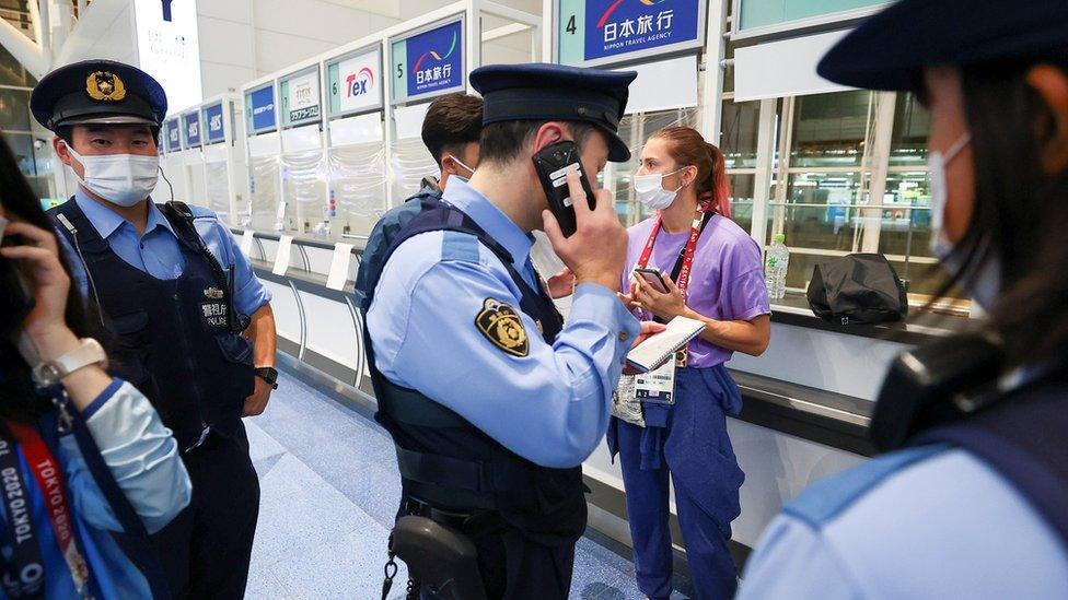 طلبت مساعدة الشرطة في المطار