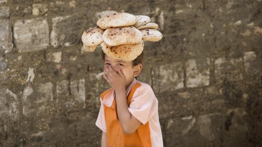 يبلغ عدد المواطنين المستحقين للخبز المدعم والمسجلين على بطاقات التموين في مصر نحو 71 مليون مواطن حسب الإحصاءات الرسمية