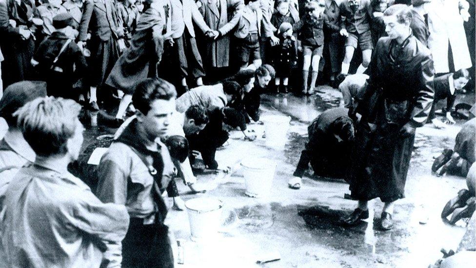 أجبر يهود النمسا على غسل أحد شوارع فيينا بعد ضمها إلى ألمانيا النازية عام 1938