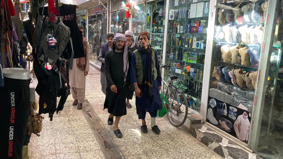 """عناصر طالبان يتجولون في سوق """"بوش"""""""