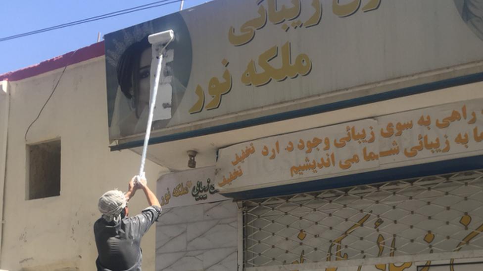 رجل يزي رسماً للدعاية لصالون تجميل