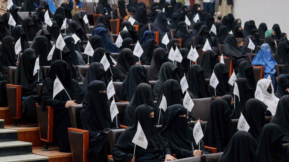 نساء يرتدين النقاب