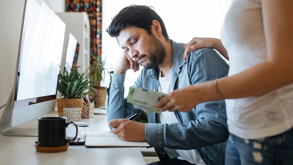 لماذا يؤدي إقراض الأموال للأصدقاء والأقارب إلى الشعور بالإحراج؟