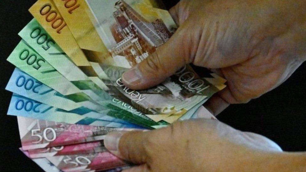 يلجأ العديد من الأشخاص إلى الأصدقاء والعائلة لاقتراض الأموال