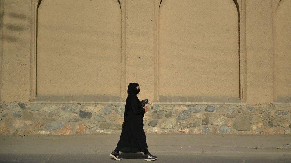 امرأة أفغانية تمشي في أحد شوارع كابل، في 13 سبتمبر/أيلول 2021