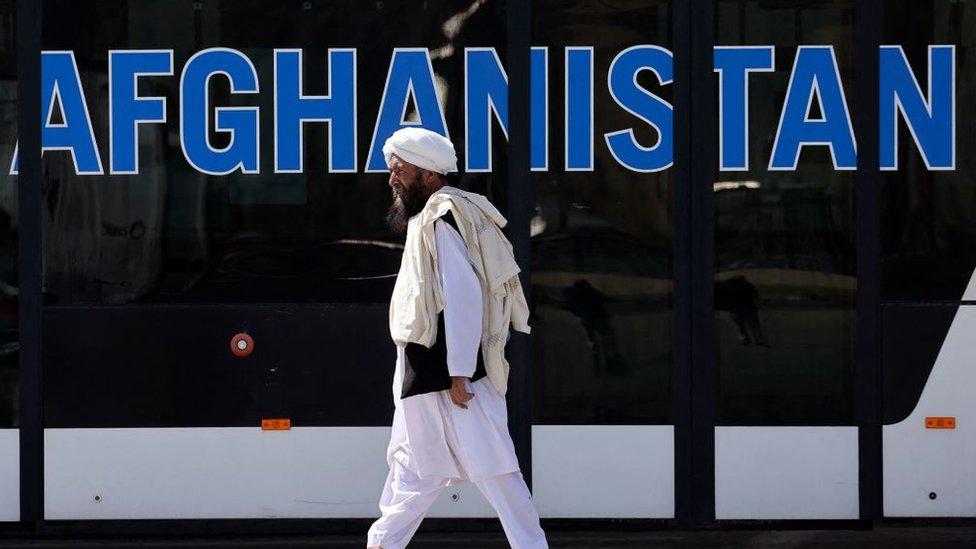 عنصر من طالبان يمشي في مطار كابل في 13 سبتمبر/أيلول 2021