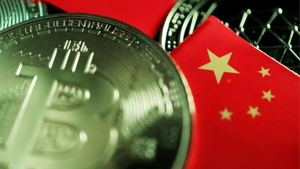 صورة لعملة رقمية مفترضة وعلم الصين