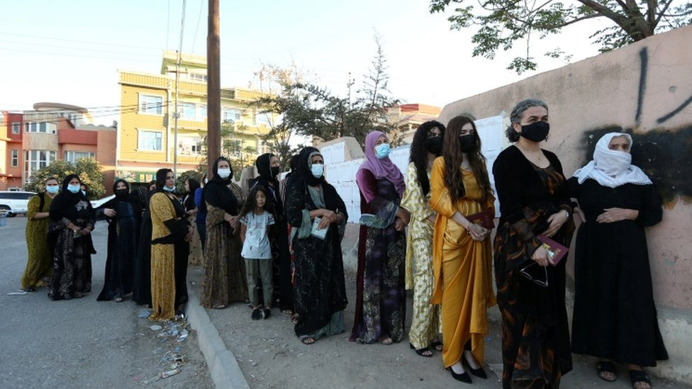 سيدات أمام مركز اقتراع في دهوك بالعراق