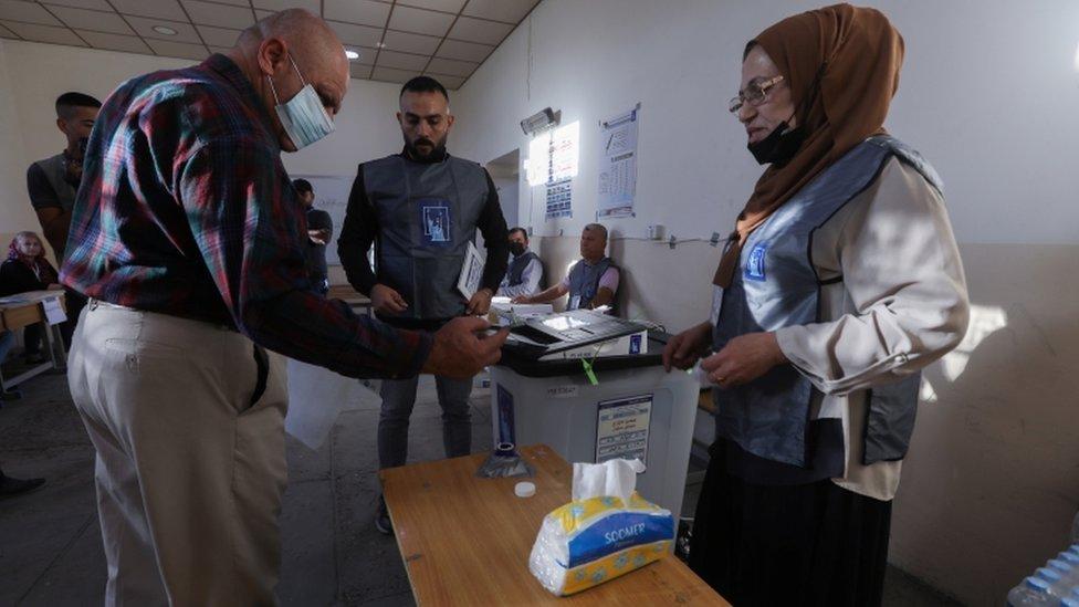 ناخب عراقي يصوت في كركوك
