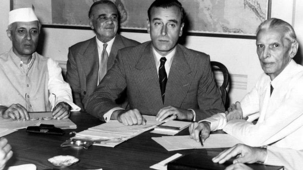 من اليسار، الزعيم الهندي جواهر لال نهرو، والمندوب السامي البريطاني في الهند اللورد ماونتباتن، وزعيم عصبة المسلمين في الهند محمد علي جناح
